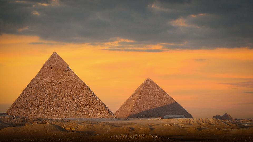 Piramidele vs ROMANIA OLD EUROPE