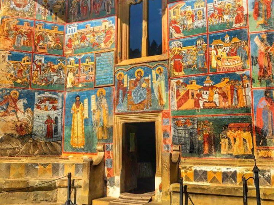 11 Voronet intrare biserica usa
