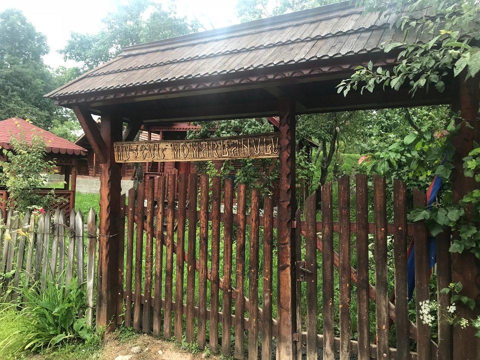 Muzeul Momârlanilor [ poarta ]