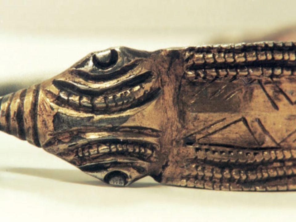 Protoma şi coama uneia dintre brăţările fragmentare de argint aurit de la Peteni.