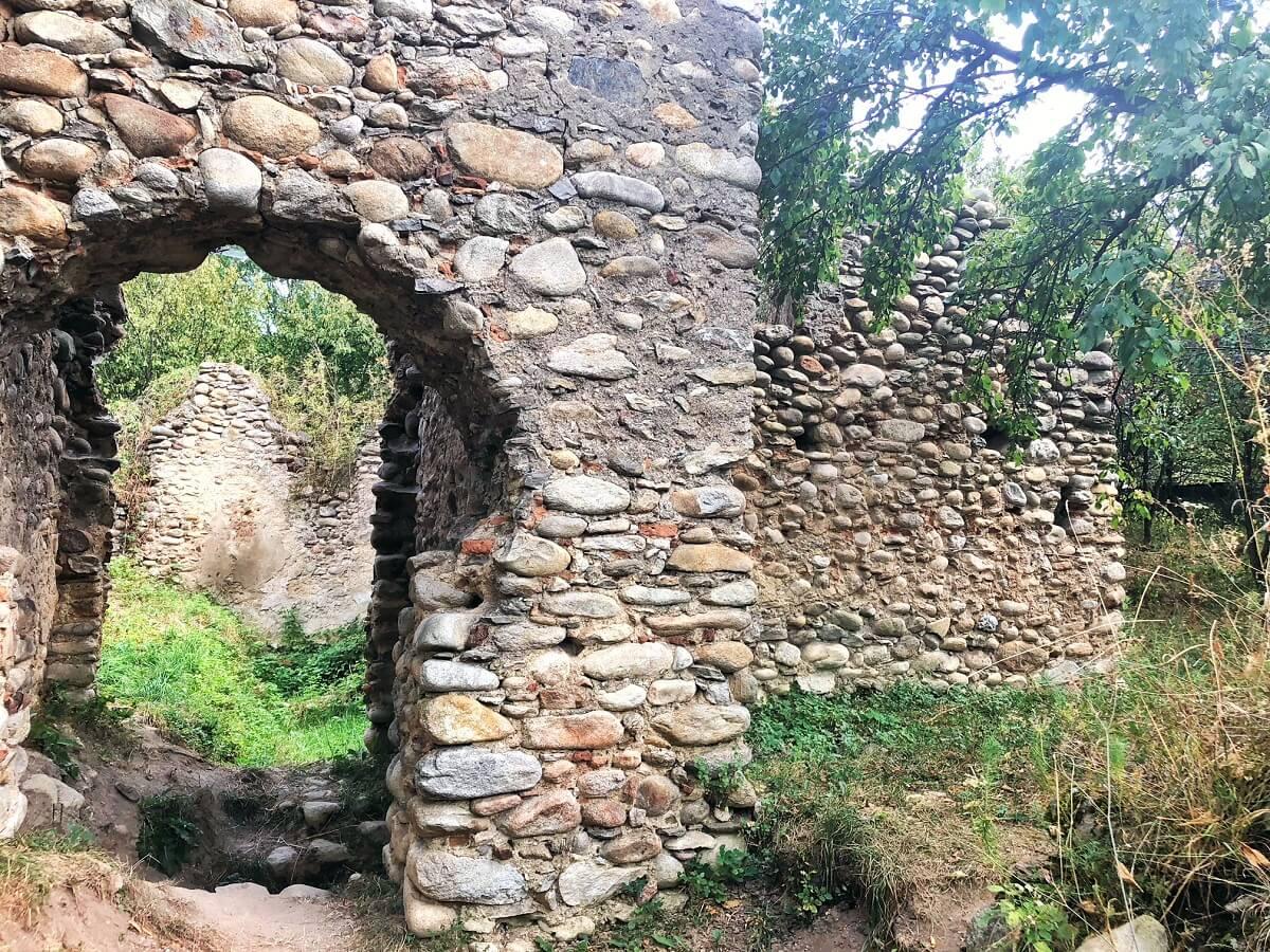 Ruinele curţii nobiliare MARA featured