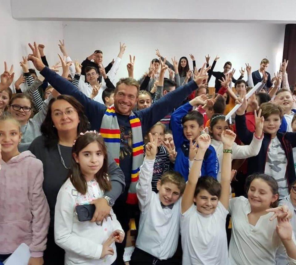 0 Alături de copiii Școlii Gimnaziale Elena Farago din Craiova – Mândria de a fi român