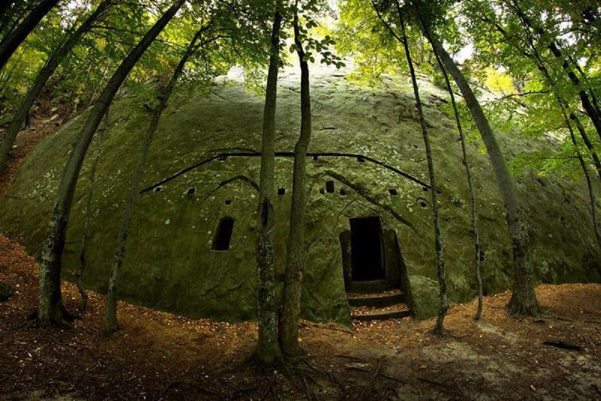 Tărâmuri de pe altă lume STRATEGIE TURISM BUZAU Manastirile rupestre